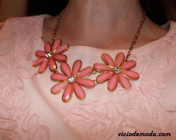 Blusa peplum e maxi colar de flores