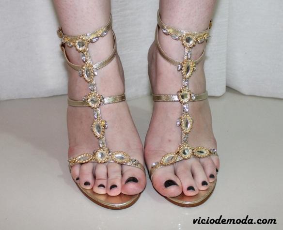 Sandália dourada com aplicações