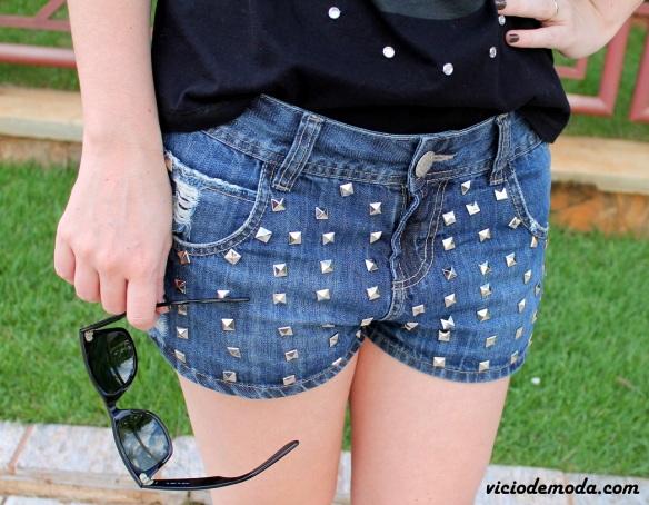 Short jeans com tachas