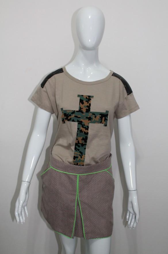 Camiseta com cruz camuflada