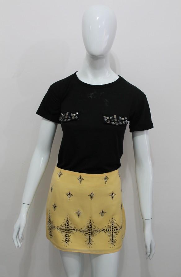 Saia amarela com aplicações e blusa preta