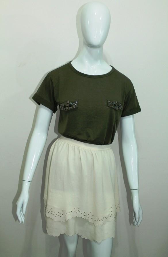 Saia branca e blusa verde militar
